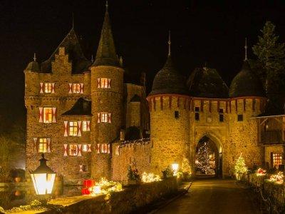 Stimmungsvoller Weihnachtsmarkt auf mittelalterlicher Burg Satzvey